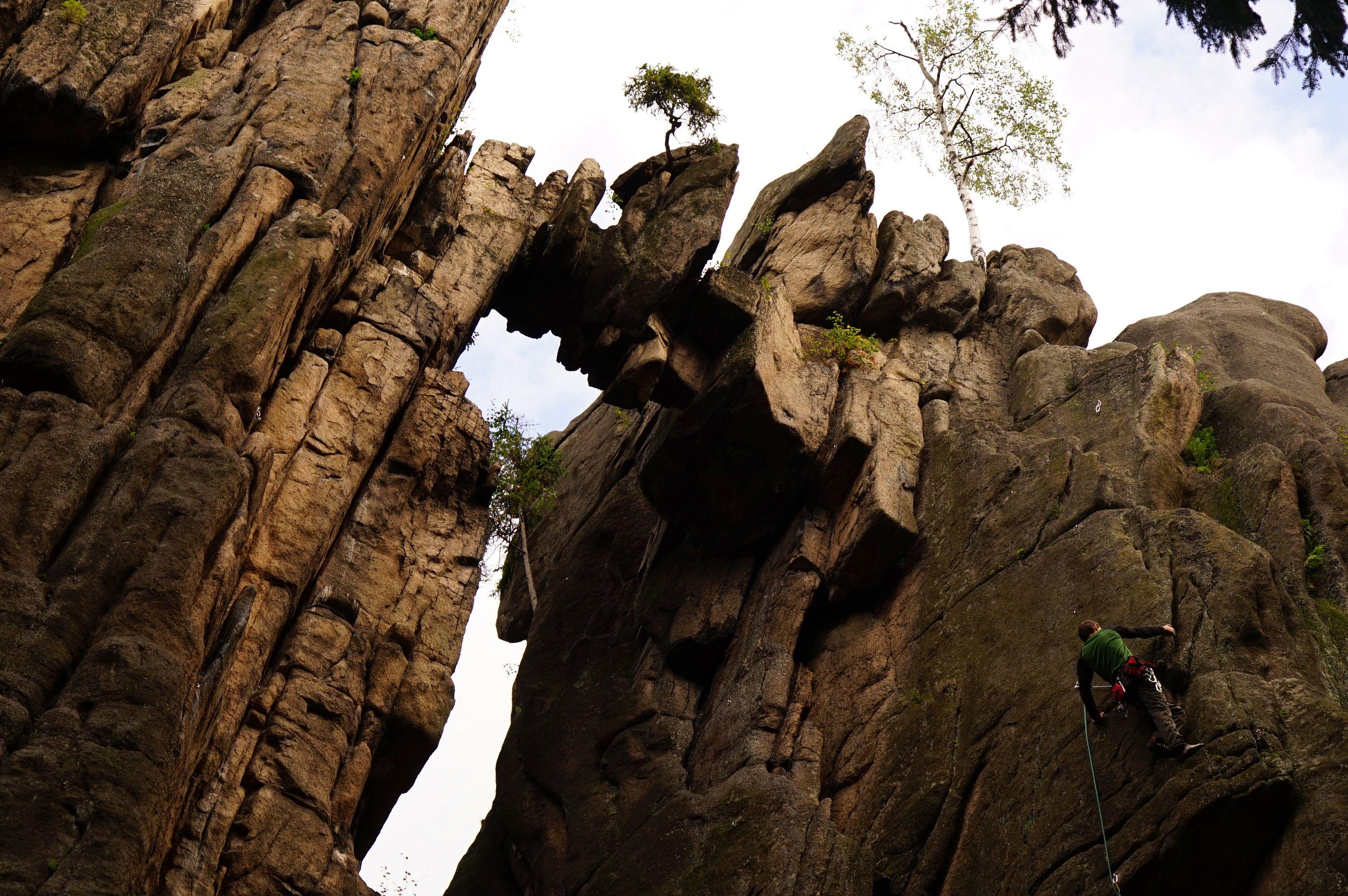 Wspinacz z wrocławskiej ekipy wspinaczkowej pokonujący drogę o poziomie trudności VI.1