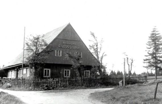 Tak wyglądały drewniano-murowane chaty, które niegdyś tutaj stały. Ten budynek pełnił rolę turystyczną.