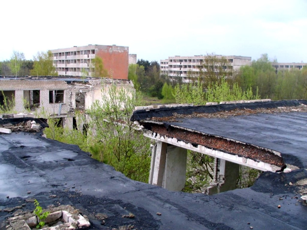 Wyrwa w dachu jednego z budynków ulokowanych niedaleko byłego osiedla mieszkalnego w północno-zachodniej części